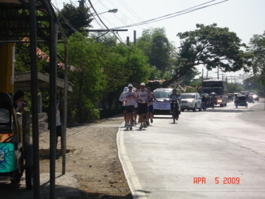 After our lunch, we found the runners at Lubao, Pampanga and immediately joined them