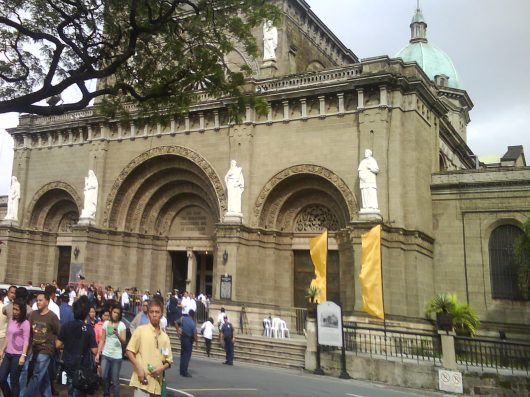 People waiting at the Manila Cathedral
