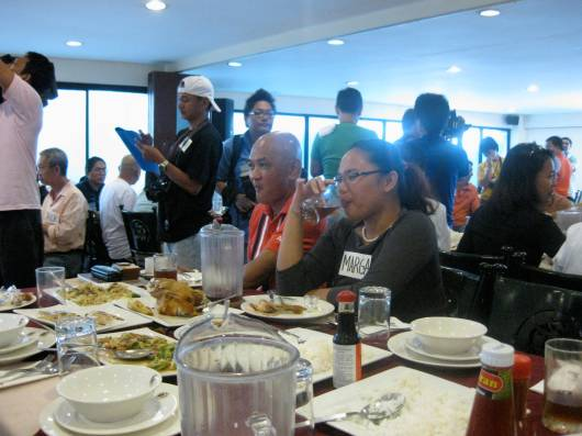 Bloggers on our table, Sir Jovie (Baldrunner) and Marga (Runradio)